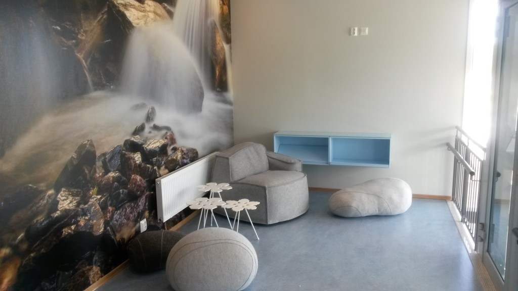 fototapet av fossende vann, stoler som ligner stein