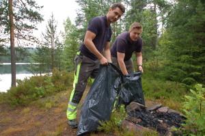 2 personer rydder søppel ved Røysjø