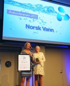 Helle M Buind og Live Johannessen mottar omdømmeprisen 2017