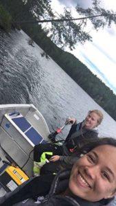 Elise og Dagny på båt tur