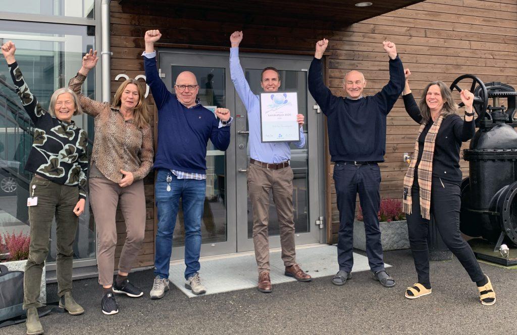 Bilde: 6 mennesker som har hendene i været og jubler for bærekraftprisen