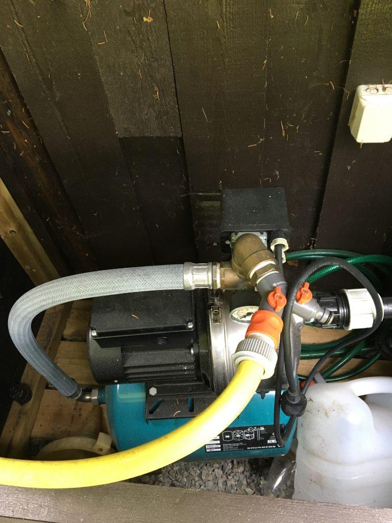 Bilde: flere vannslanger koblet på en pumpe